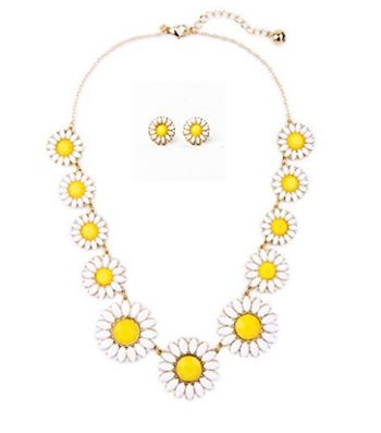 60s daisy necklace. Shop more 1960s style jewelry and accessories at VintageDancer