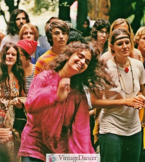 60s hippies : A group of hippie women in various hippie styles pose and smile for the camera at VintageDancer
